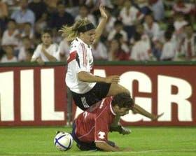 La pelota queda atrás ante un duro cruce de Muñoz Mustafá ante Maxi López