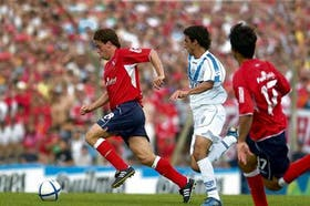 Pusineri, autor del gol del triunfo, se lleva la pelota y deja atrás a Pellerano