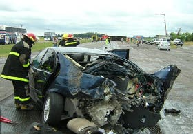 Así quedó el BMW contra el que chocó el ómnibus, en el kilómetro 147 de la ruta 2