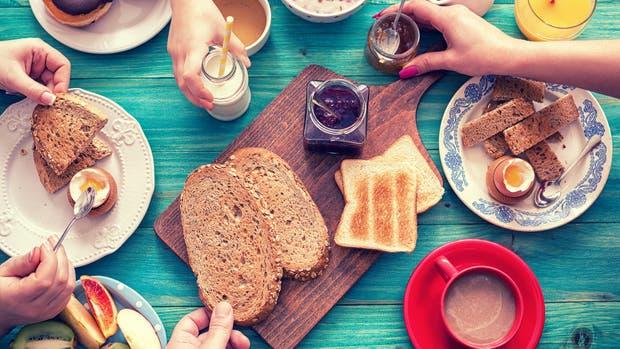 Los investigadores recomiendan un desayuno energético y sano que incluya café con leche, fruta, jugo y un par de tostadas