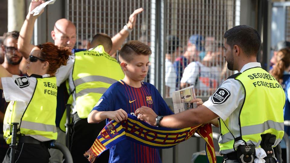 Entre la seguridad y el homenaje a las victimas Barcelona vs. Real Betis. Foto: AFP