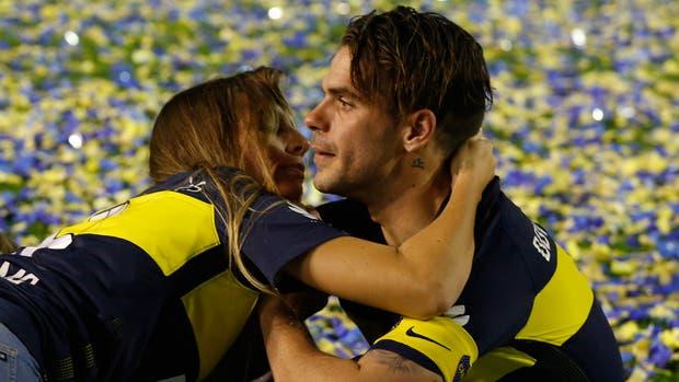 Las lágrimas de Gago, consolado por su esposa Gisela Dulko en el medio de la Bombonera