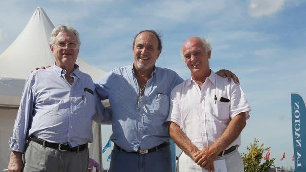 Alfredo Gusmán (centro), presidente de la Asociación Angus, junto a los directores Daniel Werthein y Alfonso Bustillo