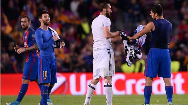 Chiellini y Suárez cambian casacas, bajo la mirada de Messi