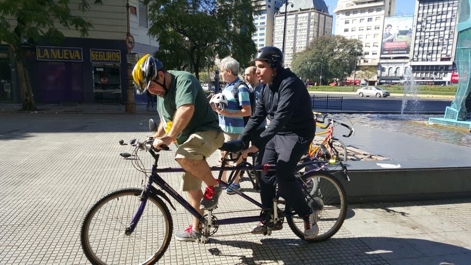Carlos García probando una de las bicicletas adaptadas para personas con discapacidad visual