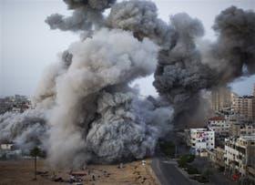 Una columna de humo, tras el ataque de la fuerza aérea israelí en Gaza