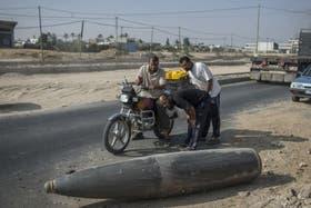 Una bomba que no explotó es vista por palestinos en Gaza con una curiosidad temible