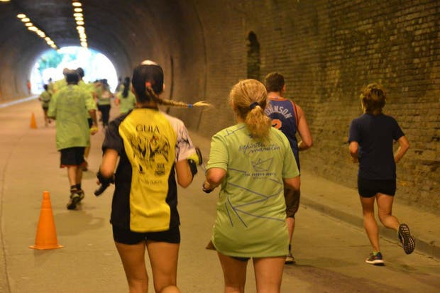 Andrea Plinski junto con Margarita, en el tunel de Rosario