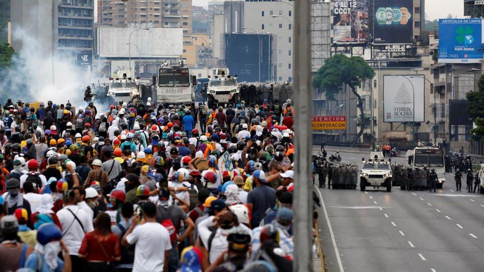 Las calles de Caracas se convirtieron en río de gente manifestando contra el gobierno de Maduro. Foto: Reuters / Carlos Garcia Rawlins