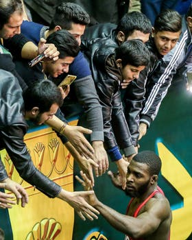 James Green, del equipo de lucha de EE.UU. es bienvenido por los fanáticos iraníes