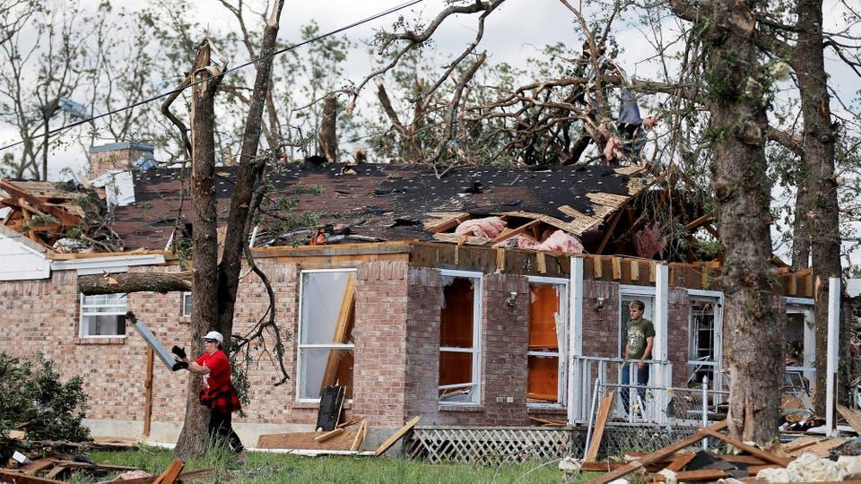 Bomberos y rescatistas trabajan en las zonas afectadas. Foto: Reuters / Brandon Wade
