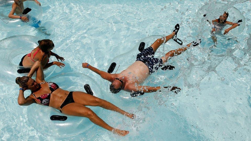 En hoenix, Arizona, los turistas buscan un poco de alivio en el agua. Foto: AFP