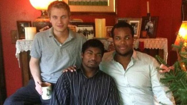 Thaddeus (de camisa a rayas), junto a dos de sus hermanos