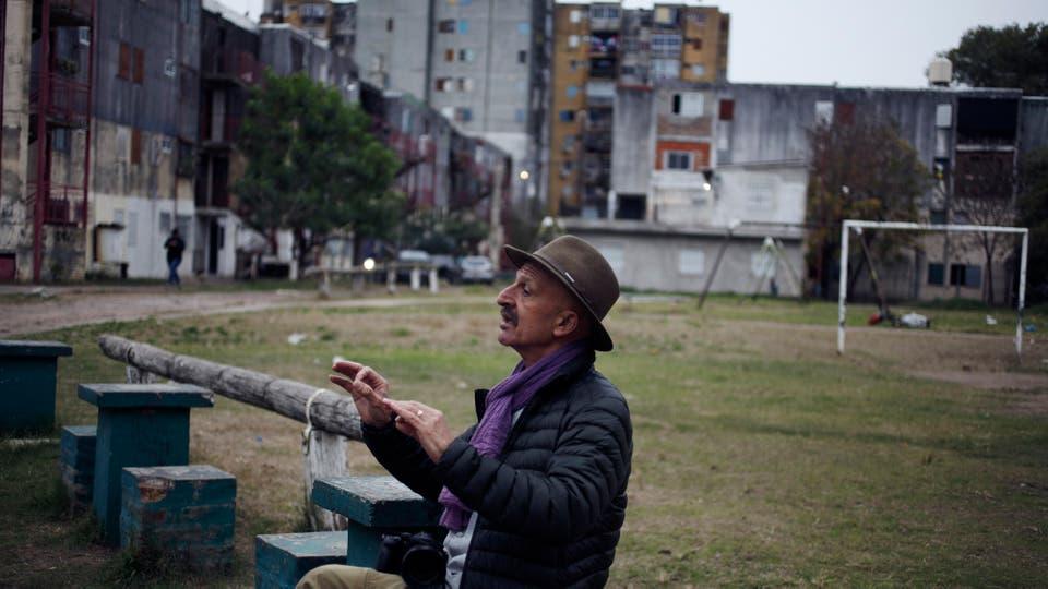 El legendario fotógrafo iraní, Reza Deghati, dictó un taller a adolescentes del barrio bonaerense, que expondrán su trabajo en la Bienalsur. Foto: LA NACION / Hernán Zenteno