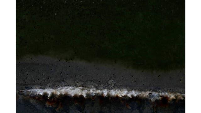 Estalactitas en el muro de la orilla