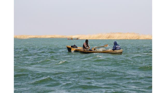 Pescadores navegan en el mar de Aral fuera de la aldea de Karateren