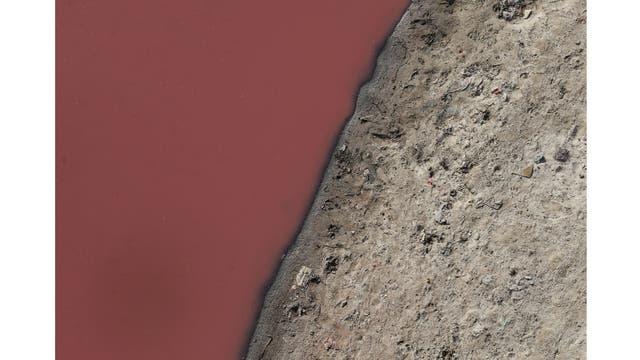 Agua contaminada en el río Ganges en Kanpur