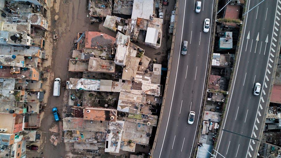 Vista aérea de la Villa 31 con casas construidas bajo la autopista Illia