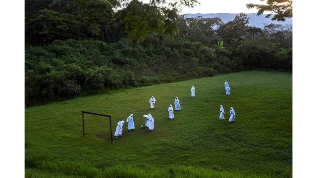 Las monjas hermanas de María Valentina de los Ángeles, de la Congregación Eucarística del Padre Celestial, juegan al fútbol en un convento de las afueras de Cali