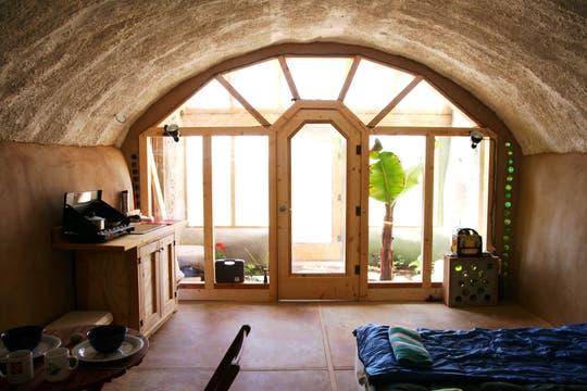 Las cálidas habitaciones de las Earth Ship que se construyen alrededor del mundo. Foto: LA NACION / Gentileza fundación Michael Reynolds
