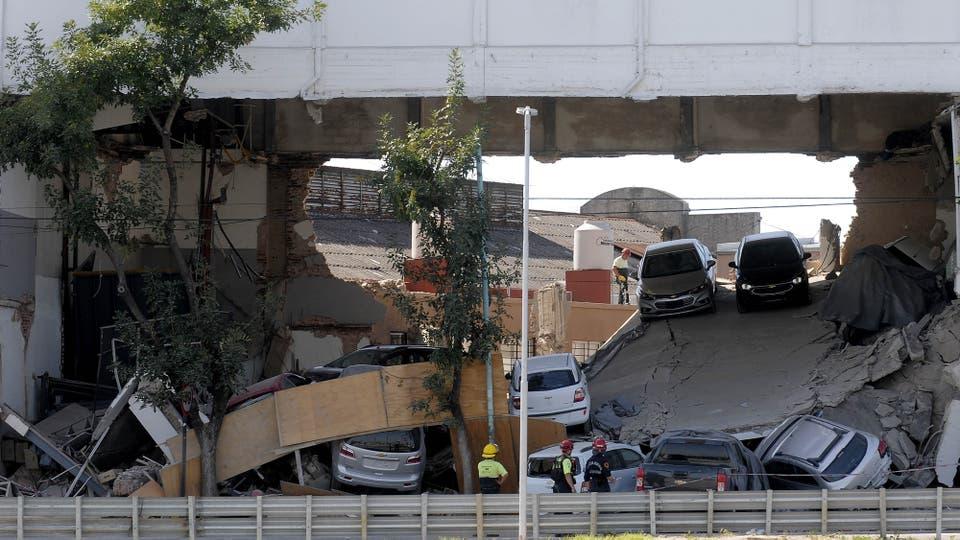 Devoto: se derrumbó una concesionaria de autos y aplastó varios autos cero kilómetro. Foto: DyN / Pablo Aharonian