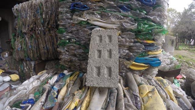 Ladrillos hechos a base de botellas de plástico pulverizadas