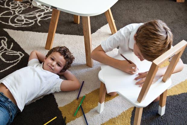 A la hora de la siesta, descanso y dibujos sobre la alfombra Alvin de pura lana con un dibujo que combina grafito, natural y azafrán ($17.640, Krethaus). El modelo está inspirado en la tapa que diseñó Alvin Lustig realizó para la edición de la novela América, de Franz Kafka..