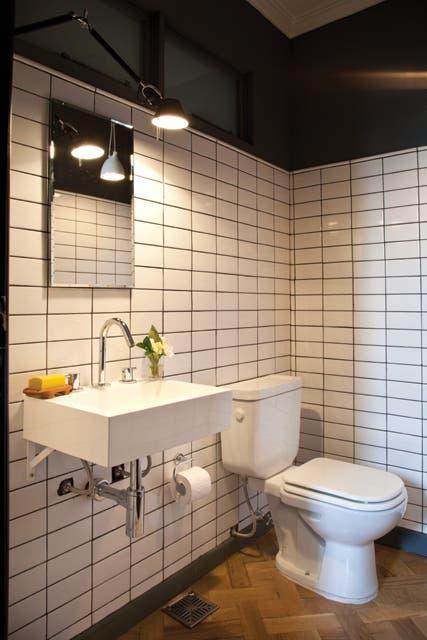 El toilette de la planta baja, en cuyo diseño la dueña de casa se permitió algunas licencias..  Foto:Living /Magalí Saberian
