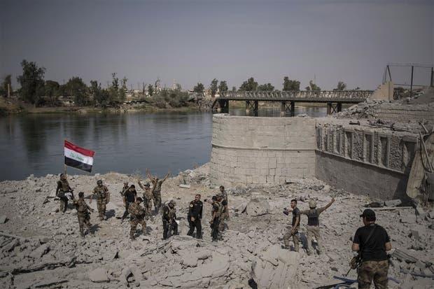 Las fuerzas especiales iraquíes celebraban ayer su llegada a las márgenes del río Tigris, en Mosul