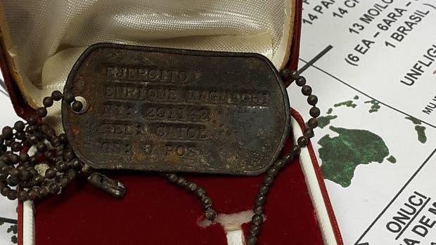 La placa que el ex combatiente argentino recuperó tras 35 años