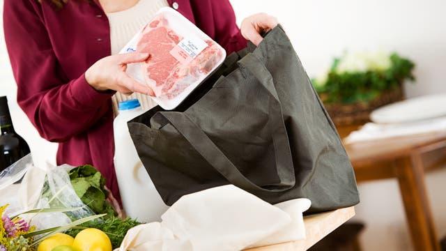 Todos los supermercados venden sus opciones de bolsas de tela para el cliente apurado