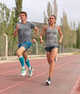 Belén Casetta corre junto con Facundo en la pista de Cachi