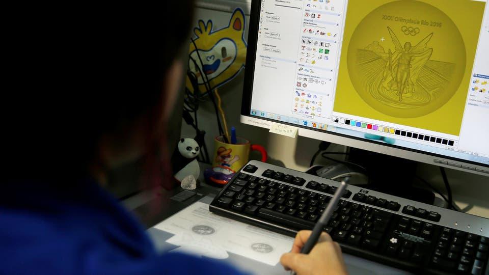 Las medallas se diseñan en una computadora. Foto: Reuters / Sergio Moraes