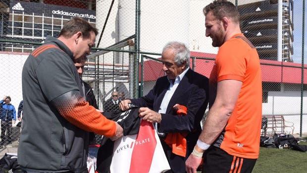 D''Onofrio junto a Steve Hansen, entrenador de los All Blacks, y Kieran Read, su capitán