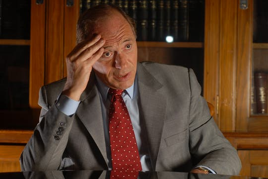 Eugenio Zaffaroni suele cerrar los ojos.