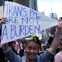 """""""Las personas transgénero no son una carga"""", dice uno de los carteles desplegados durante una manifestación en contra de la medida anunciada por Trump."""