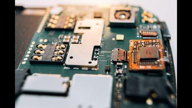 Plaqueta principal de un smartphone; no son teléfonos, son computadoras de bolsillo
