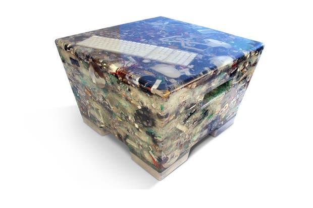 N+ew: No More Electronic Waste, por Rodrigo Alonso: un banco fabricado con desechos electrónicos, resina epóxi y aluminio fundido. Ninguna pieza es igual a otra.