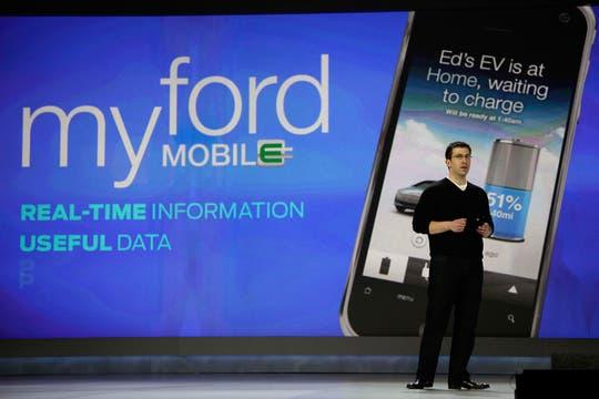 Ed Pleet, gerente de Desarrollo de Producto de Ford, en la feria CES, durante la presentación de las tecnologías que incorporan los vehículos de la firma. Foto: AP