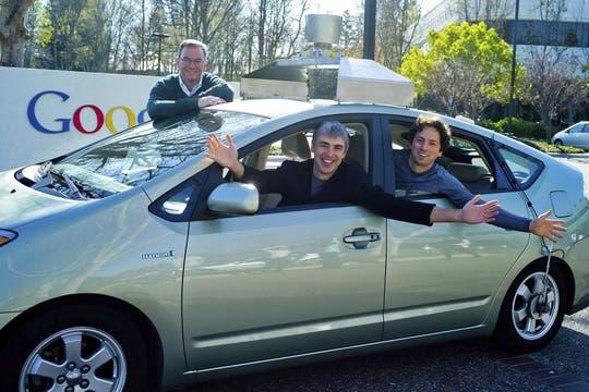 En una imagen de archivo, Eric Schmidt, ex-CEO de Google junto a los cofundadores Larry Page y Sergey Brin junto al vehículo autónomo de la compañía.. Foto: EFE