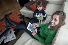 Verónica con uno de sus hijos, Facundo, y el infaltable Candy Crush; ya llegó al nivel 350 de los más de 420 que tiene el juego