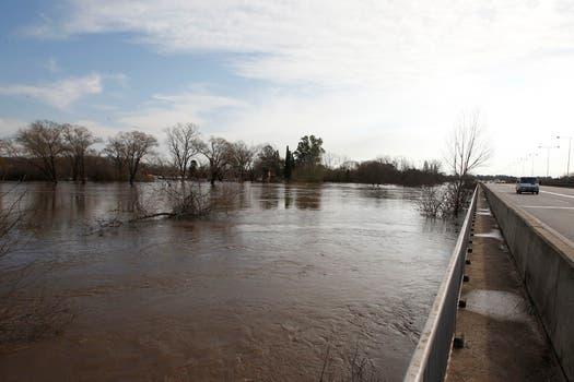 Continúa el mal tiempo y se agrava la situación en las zonas inundadas. Desborde del río luján. Foto: LA NACION / Rodrigo Néspolo