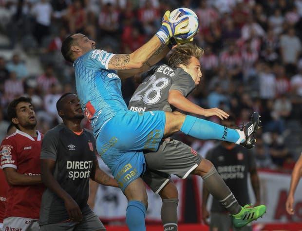 Marcos Díaz controla el balón ante la presencia de Cascini
