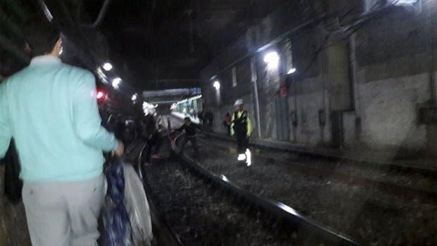 Los pasajeros debieron caminar por las vías