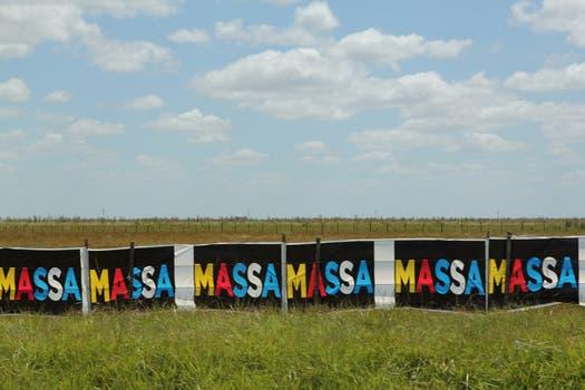 El diputado y precandidato a la Presidencia Sergio Massa tiene carteles con su nombre en los colores del Frente Renovador y de la bandera argentina. Foto: LA NACION / Matías Aimar