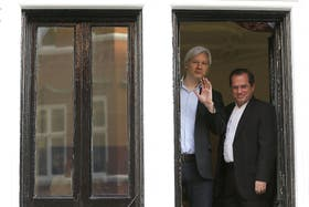 El canciller Ricardo Patiño, visitó hoy al australiano Julian Assange en la embajada ecuatoriana en Londres