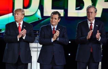 En esta foto de archivo tomado el 15 de diciembre de 2015, los candidatos republicanos presidenciales Donald Trump, Ted Cruz y Jeb Bush aplauden antes del inicio del debate presidencial republicano