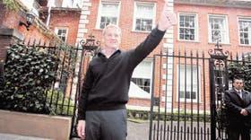 La mañana después de su triunfo sobre Kirchner, De Narváez sale a la puerta de su casa de Palermo Chico