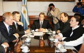 Cobos ayer, al frente de la reunión con De Narváez, Macri, Cobos, Sanz y Michetti