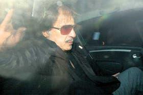 El actor Antonio Grimau, al salir ayer de la Morgue Judicial, donde reconoció el cadáver de su hijo